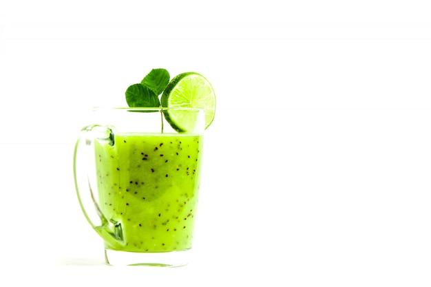 Cóctel verde saludable de kiwi, manzana verde, lima y menta aislado sobre fondo blanco vista de un ladrón
