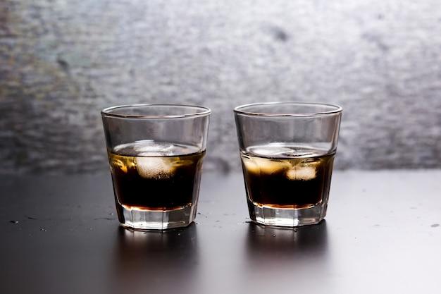 Cóctel de whisky-cola