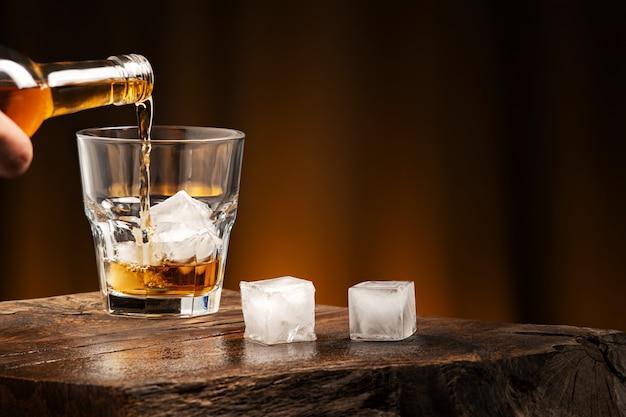 Cóctel de whisky con hielo