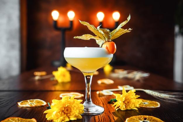 Cóctel de whisky sour aderezado con physalis