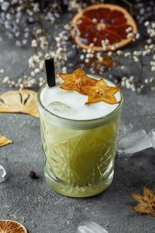 Cóctel de whisky sour - bourbon con jugo de limón, jarabe de azúcar y clara de huevo.