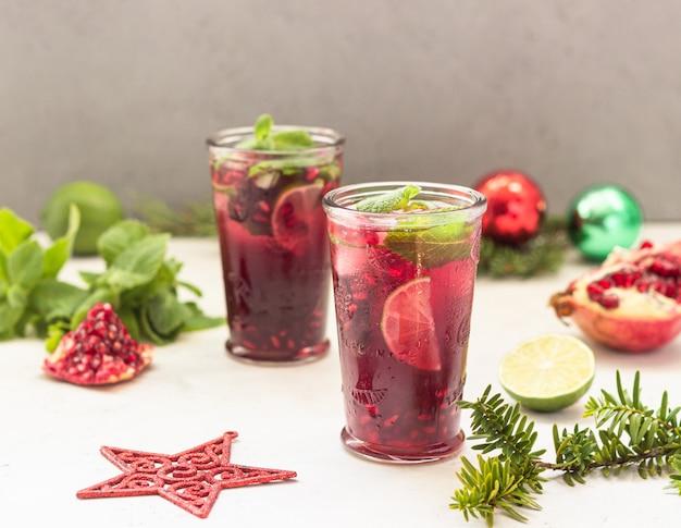 Cóctel con zumo de frutas, lima, menta, granada