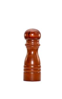 Coctelera de pimienta de madera marrón aislada sobre fondo blanco