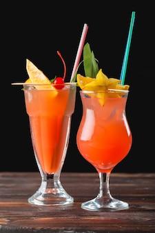 Cócteles alcohólicos y no alcohólicos en mesa de madera. bebidas frías de verano