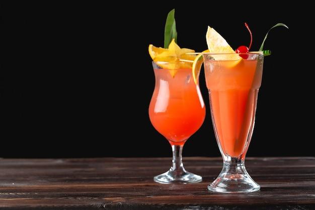 Cócteles alcohólicos y no alcohólicos en mesa de madera