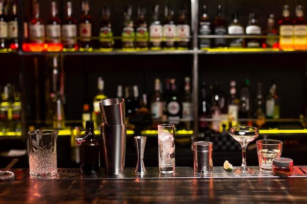 Cócteles y arreglo de coctelera en un club nocturno