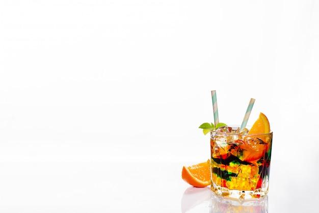 Cócteles coloridos adornados, bebidas alcohólicas y cócteles en elegantes copas en blanco
