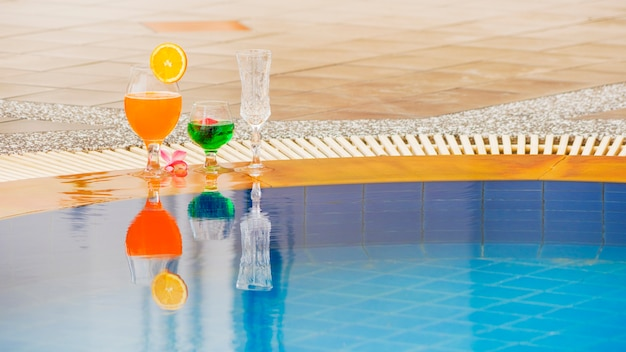 Cócteles coloridos de verano en la piscina