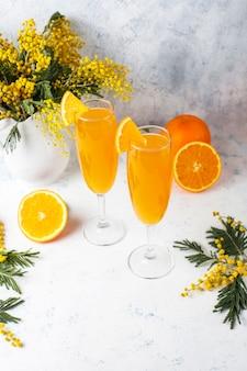 Cócteles de mimosa naranja refrescante caseros con champaña