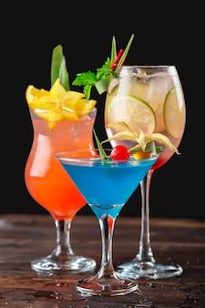 Cócteles multicolores en el bar cerca de tiro