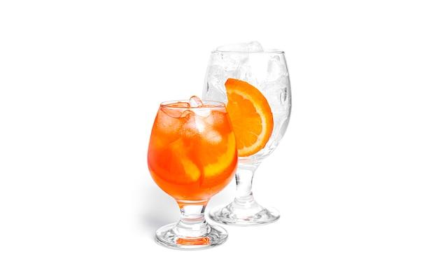Cócteles de naranja aislado sobre un fondo blanco.