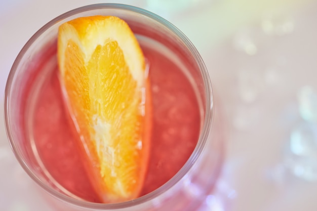 Cócteles negroni con rodajas de naranja y hielo