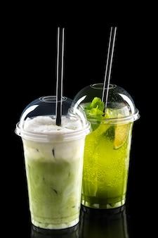 Cócteles refrescantes fríos en vidrio para llevar.