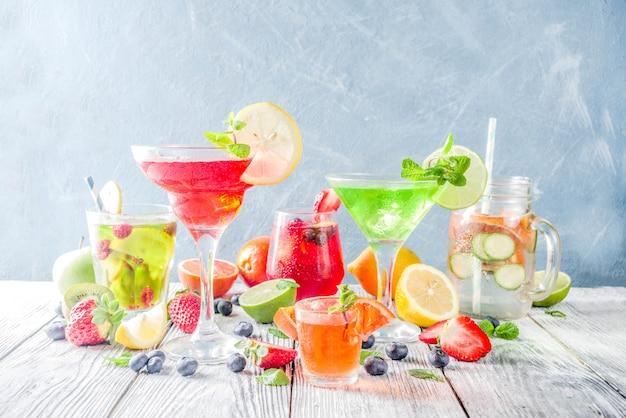 Cócteles de verano en vasos de diferentes formas