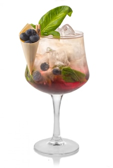 Coctkail de alcohol con arándanos frescos y especias aislados en blanco