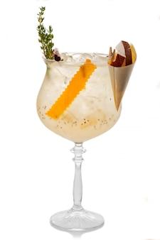 Coctkail de alcohol con cocnut, cidra y especias aislados en blanco