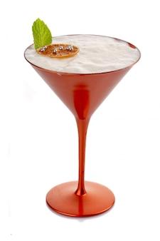 Coctkail de alcohol con crema batida y menta aislado en blanco