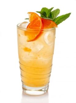 Coctkail de alcohol con menta fresca y mandarina aislados en blanco