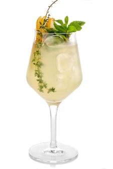 Coctkail de alcohol con menta fresca y pera aislados en blanco