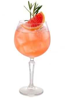 Coctkail de alcohol con pomelo y especias aislados en blanco