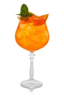 Coctkail anaranjado del alcohol con la menta anaranjada y fresca solated en blanco