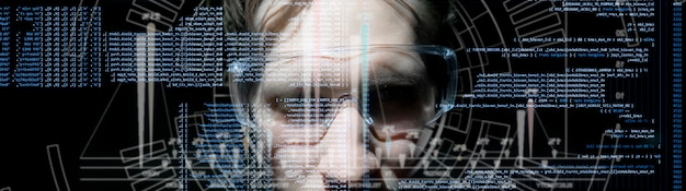 Código de computadora binario virtual en frente de la cara del hombre joven