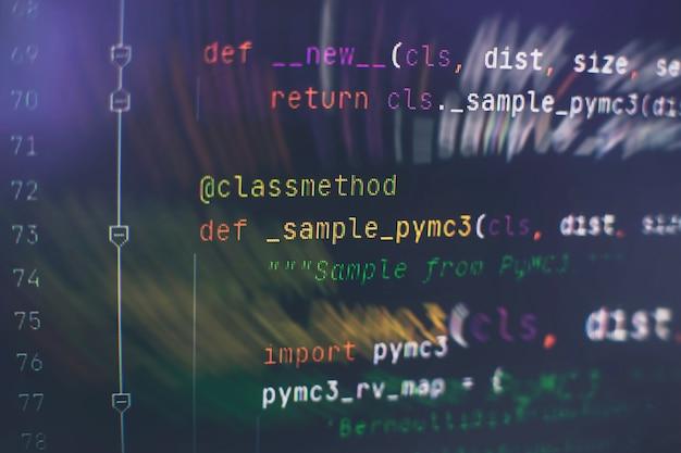 Código html del sitio web en la foto en primer plano de la pantalla del portátil. estándares de codificación de sitios web de tecnología de la información para la pantalla del desarrollador del programador de diseño web.