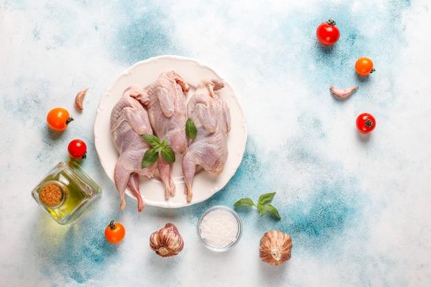 Codornices crudas caseras y ecológicas listas para cocinar.