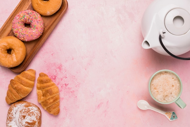 Coffee break dulce con diferentes pasteles.
