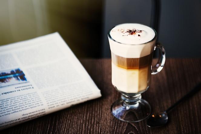 Coffee shop cafe latte cappuccino periódico concepto