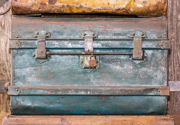 Cofre del tesoro de metal viejo