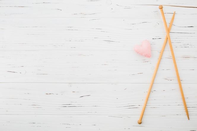 Cojín con forma de corazón rosa y tablón de ganchillo