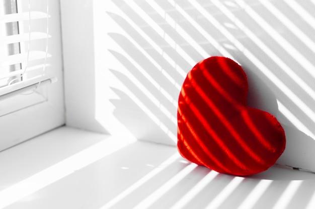 Cojín de corazón rojo en la habitación interior