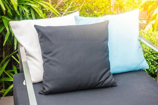 Cojínes blancos, azules y negros sobre un sofá