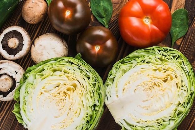 Col de close-up cerca de setas y tomates