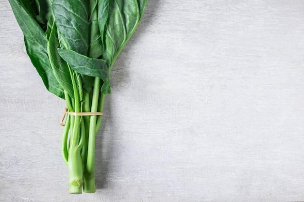 Col rizada vegetal en blanco