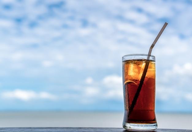 Cola agua para beber para calmar tu sed, aflojar el calor.