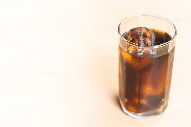 Cola fría del agua de taza de comida