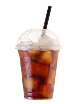 Cola fría con hielo y paja en vaso de plástico para llevar aislado sobre fondo blanco.