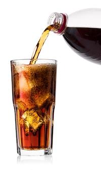 Cola fría con hielo en vaso y botella