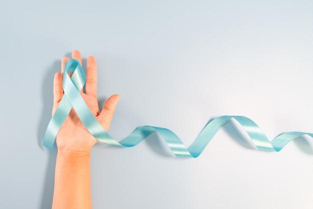 Cola larga de cinta azul claro