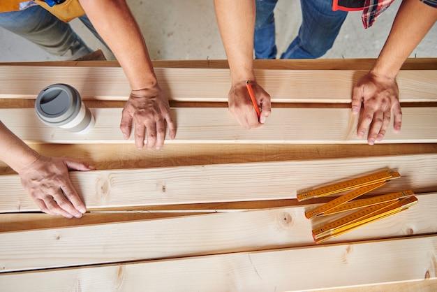 Colaboración de dos carpinteros en la edificación