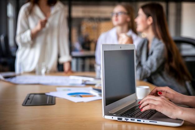 Colaboración de mujeres en maqueta de oficina