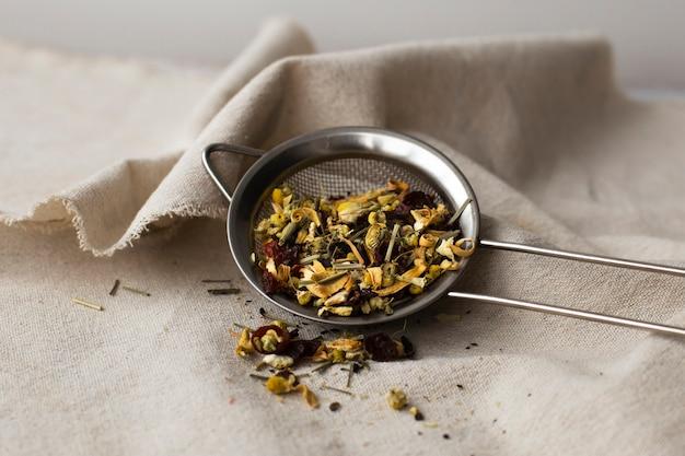 Colador de té lleno de hierbas