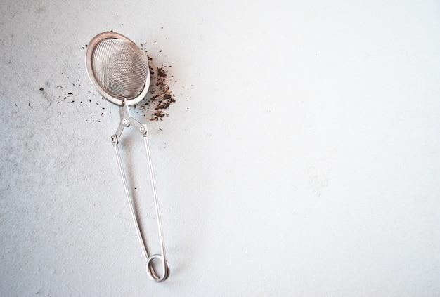 Colador de té con té negro seco