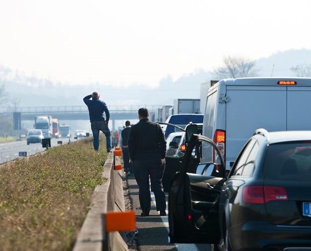 Colas de tráfico en la carretera.