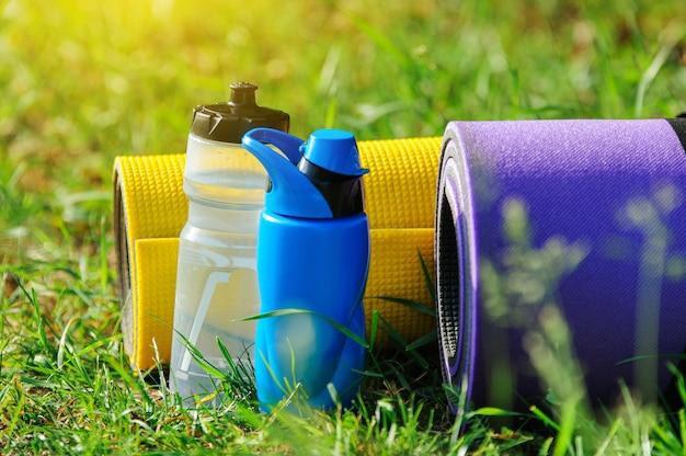 Colchonetas de gimnasia sobre la hierba.