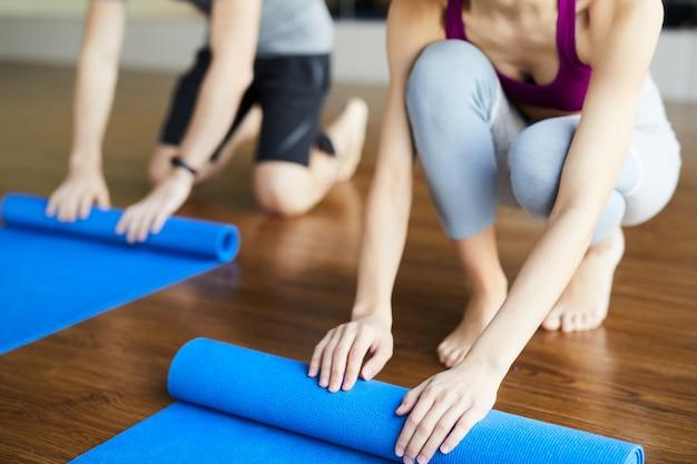 Colchonetas de yoga con ruedas después de clase