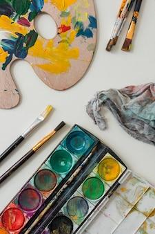 Colección de accesorios de artista en mesa