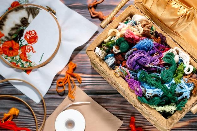 Colección de accesorios de costura - lienzo, aro, hilo mouline